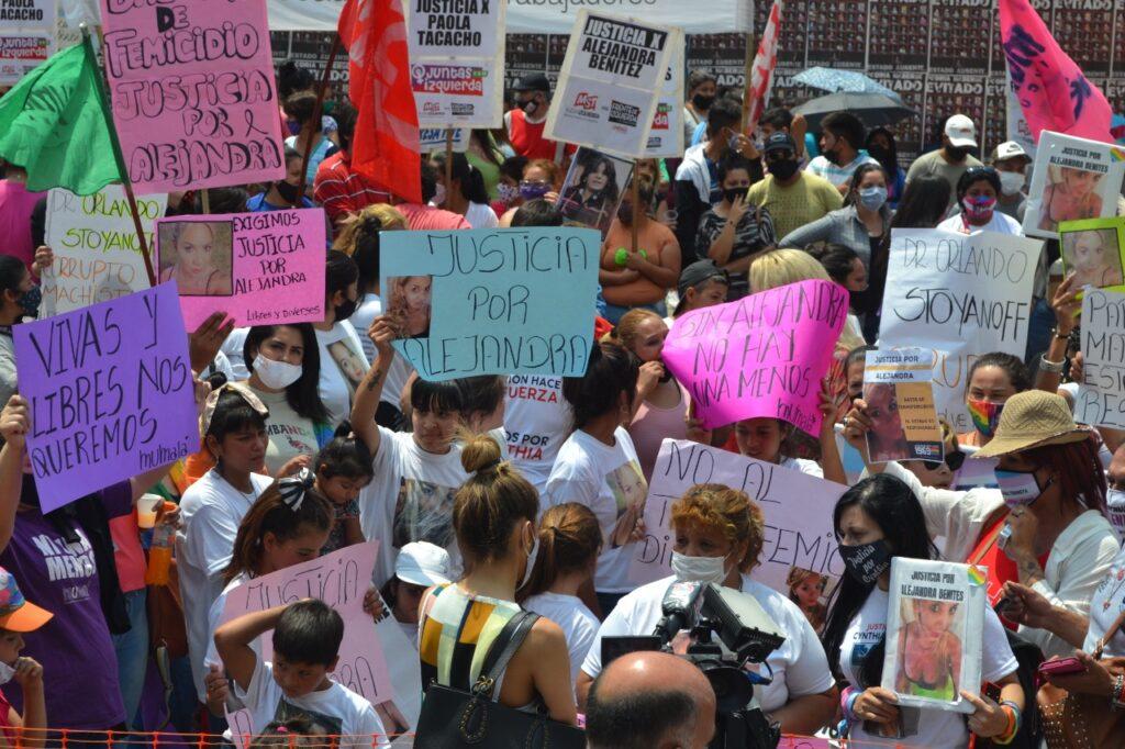 Travesticidio de Alejandra Benítez: Lágrimas frente a la Casa de Gobierno |  La Nota Tucumán - El medio para tus ideas